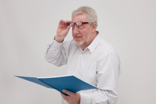 小さすぎて見えない!老眼を簡単に解消する「指につける拡大鏡」